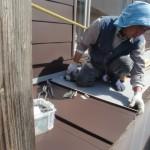 親方、茂木さんの登場! 屋根を葺き始めています。