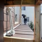敷き並べた屋根葺き材を、カシメているところ。手前は仕上に折り曲げる道具。